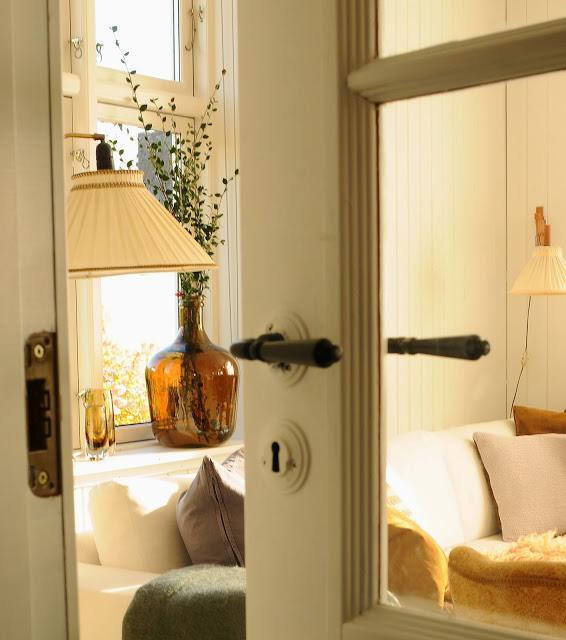 baltos durys, rudo stiklo vaza