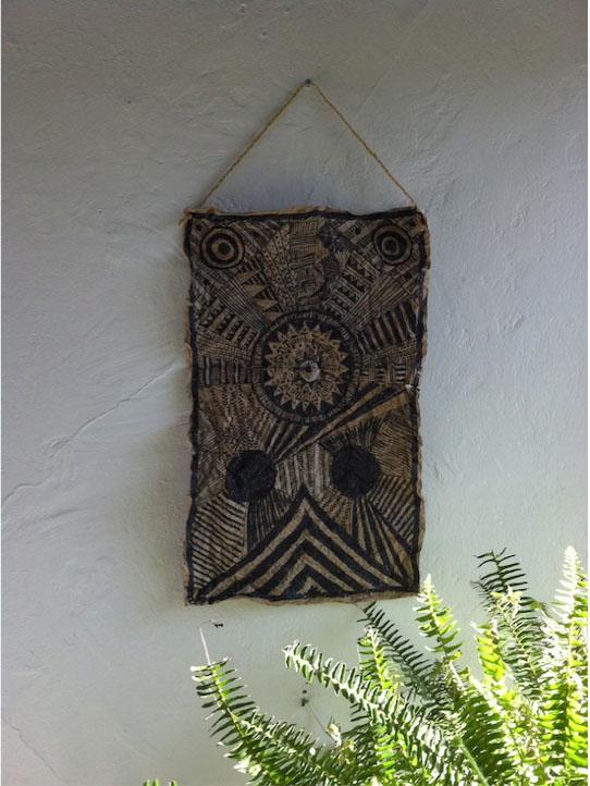 Afrikietiškas dekoras ant popierinio maišelio