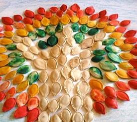 Piešinys iš dažytų moliūgo sėklų