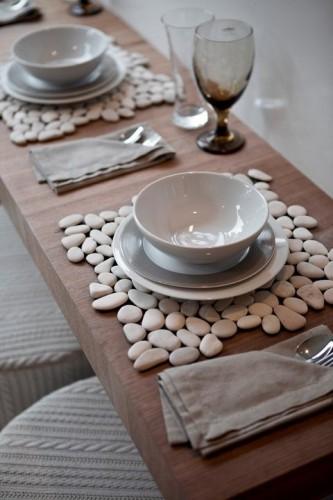 Padėkliukai ant stalo iš akmenukų
