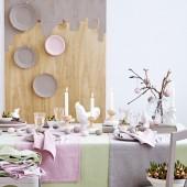 balti kiausiniai ant stalo