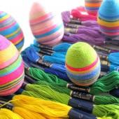 Spalvotais siūlais apvynioti Velykiniai kiaušiniai