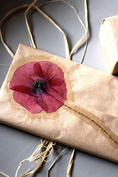 Sausa gėle papuošta dovanėlė