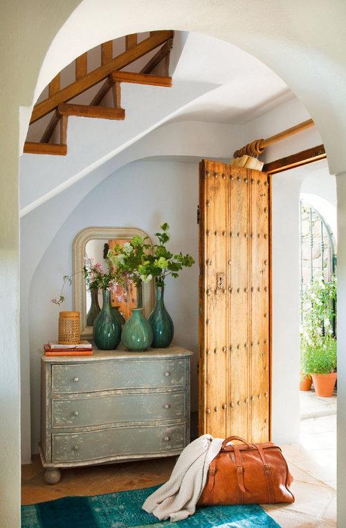 atidarytos medines durys, krepšys, komoda, laiptai
