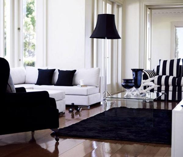 juodas kilimas pagalveles fotelis