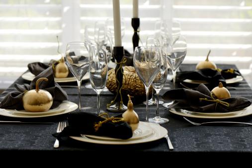aukso spalvos moliugeliai stalo dekoracijos