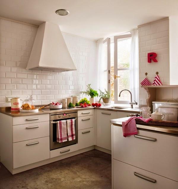 baltos plyteles sienos virtuveje