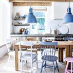 Mėlyna ir rausva spalvos virtuvėje