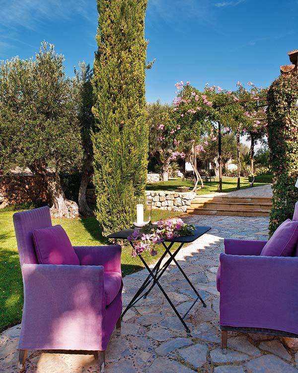 violetiniai-foteliai-kieme